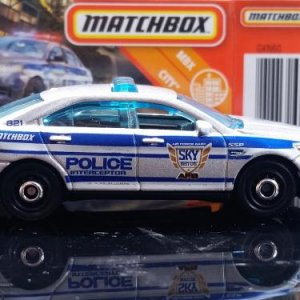 28 100 MB821 VO282 M38 GKN60 DNK70 2010 Ford Police Interceptor   Matchbox 05
