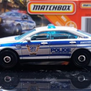 28 100 MB821 VO282 M38 GKN60 DNK70 2010 Ford Police Interceptor   Matchbox 03