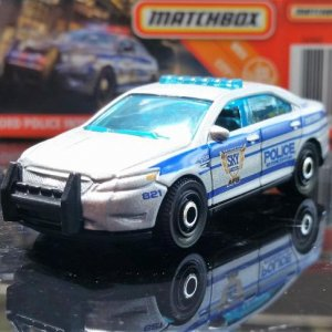 28 100 MB821 VO282 M38 GKN60 DNK70 2010 Ford Police Interceptor   Matchbox 01